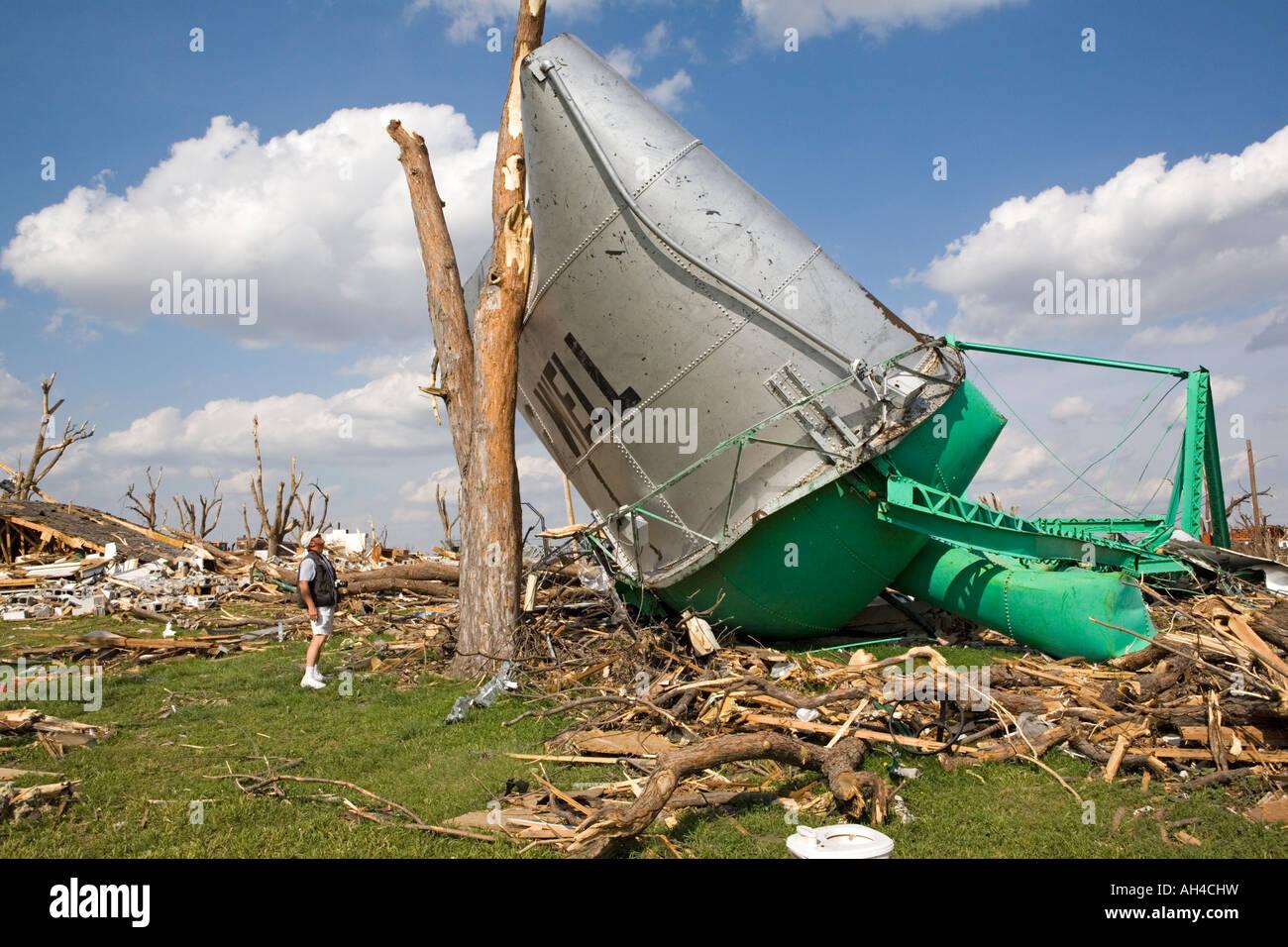 Tornado damage in Greensburg Kansas after a huge killer ...