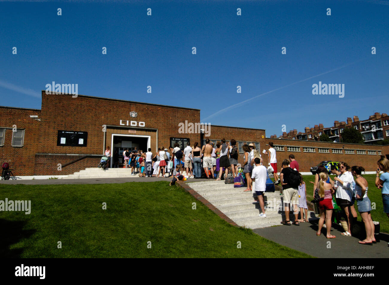 Queue To Enter The Parliament Hill Lido Outdoor Swimming Pool Stock Photo Royalty Free Image
