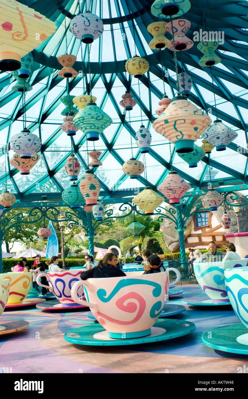 Paris france amusement parks disneyland paris people on for Amusement parks in paris