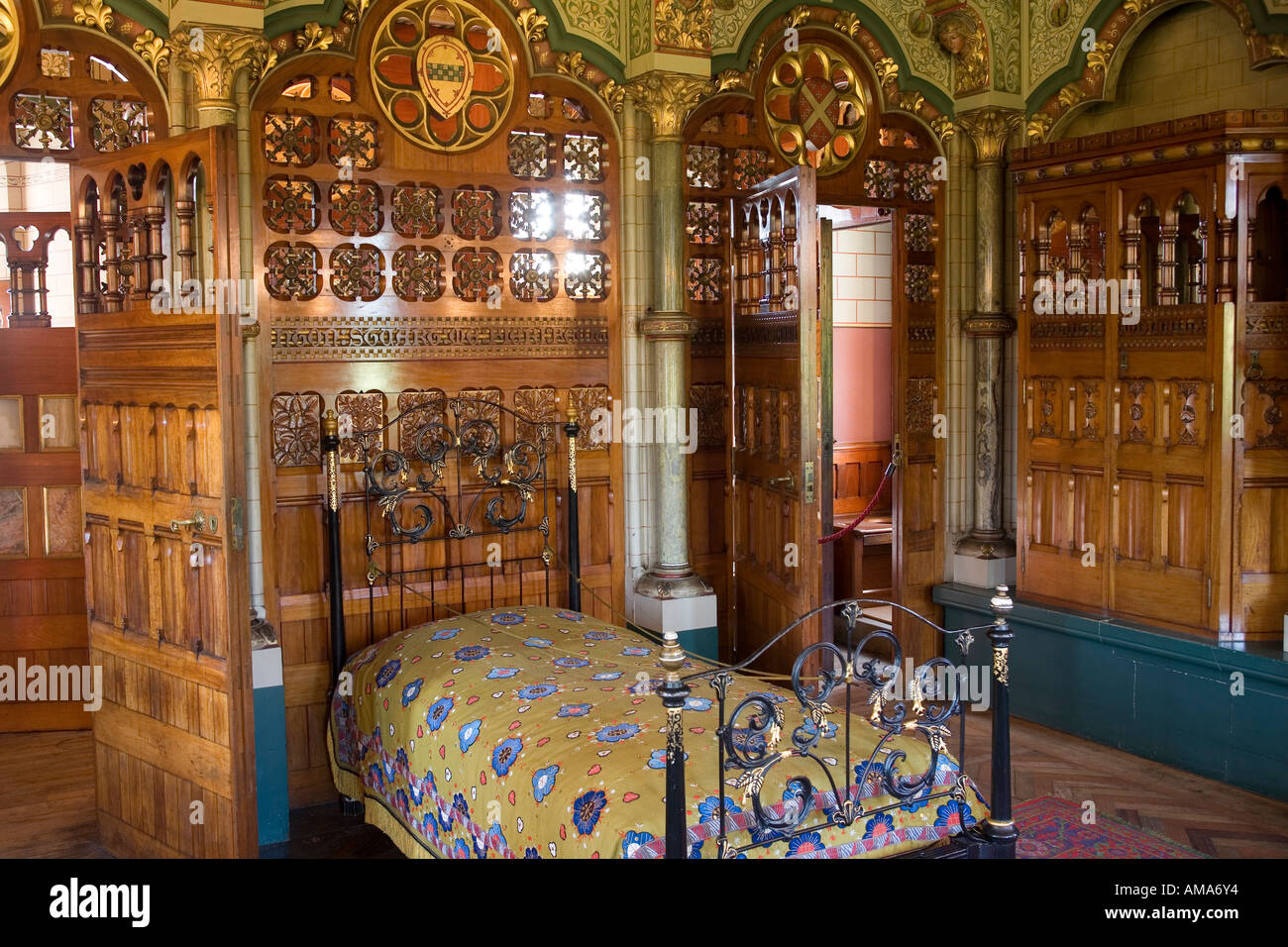 wales cardiff cardiff castle bedroom carved wooden heraldic bed wales cardiff cardiff castle lord butes bedroom stock photo