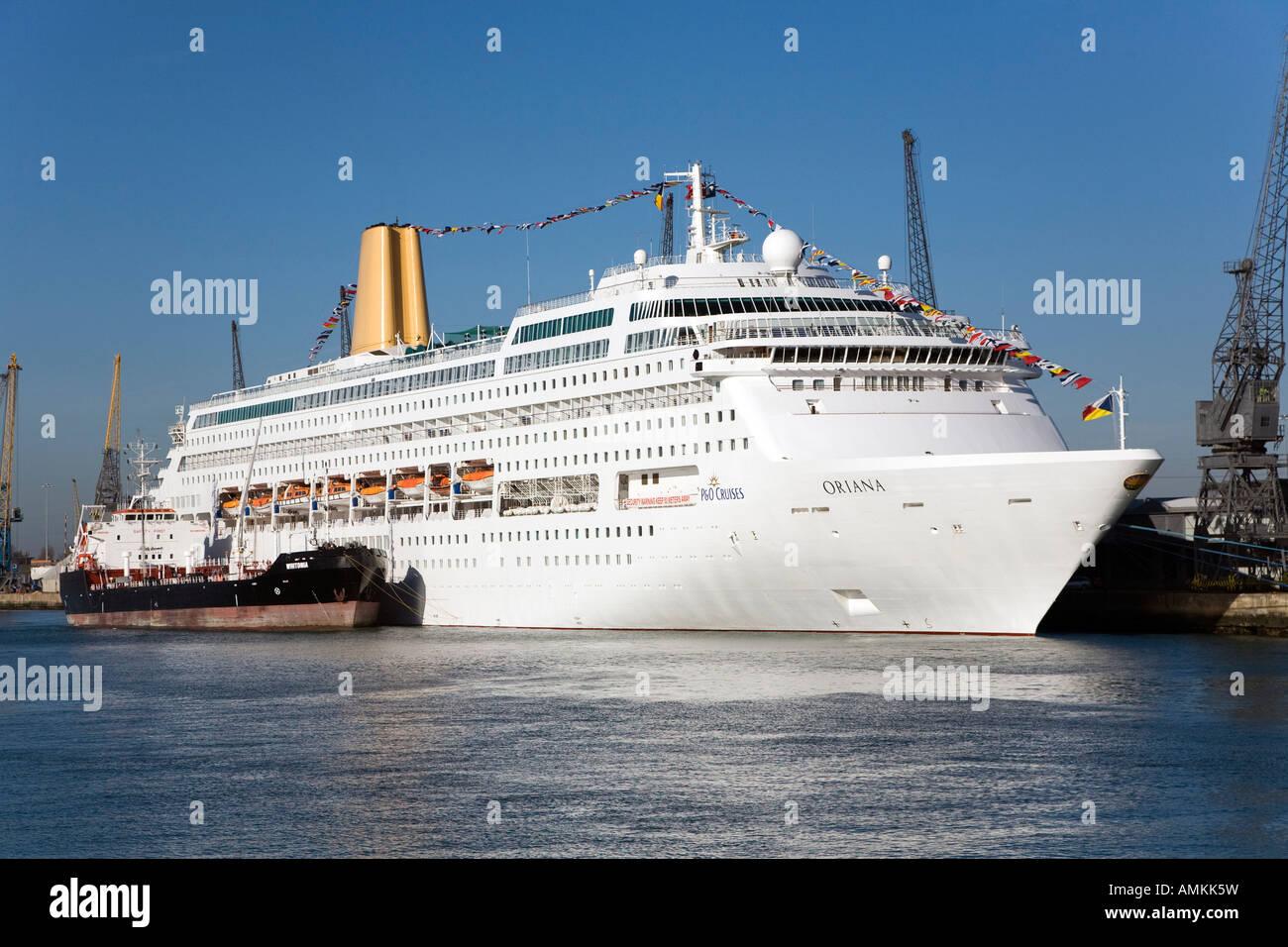 Fuel Boat Alongside Refilling Oriana Cruise Ship At Southampton - Cruise ship fuel