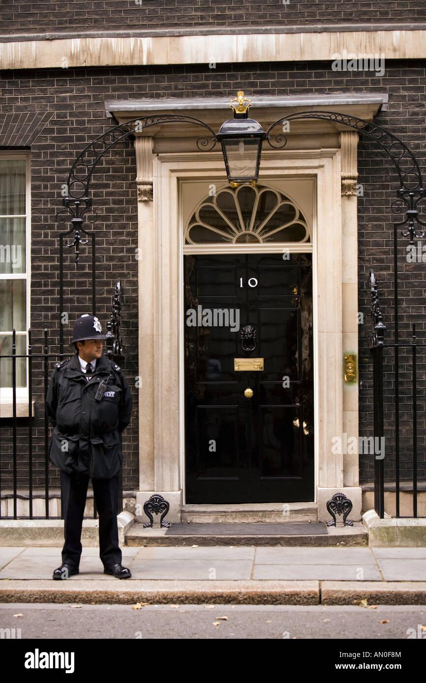 Uk london whitehall policemen guarding door of number 10 for 10 downing street front door paint