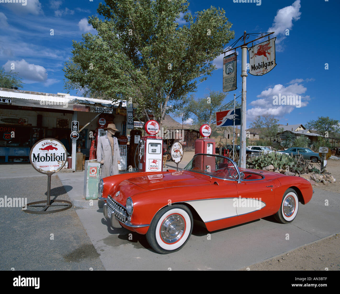 Photo route 66 gas station with red chevrolet corvette 1957 car