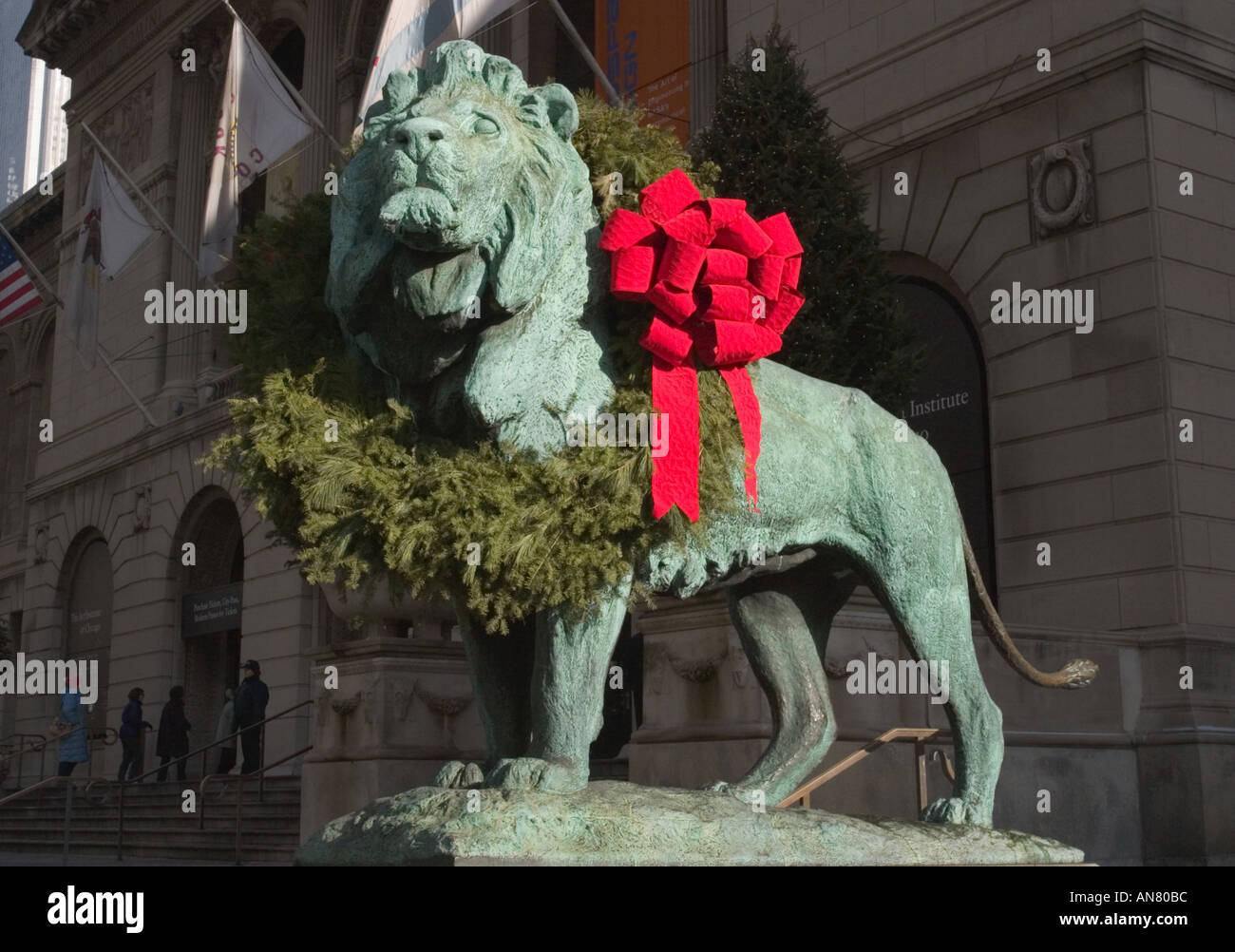 statue of lion with christmas wreath art institute of chicago