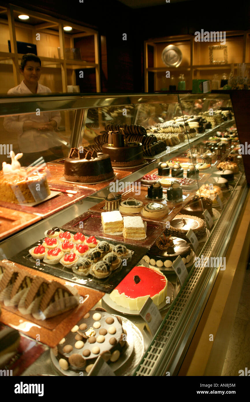 Cakes on display at the divan patisserie taksim istanbul for Divan taksim