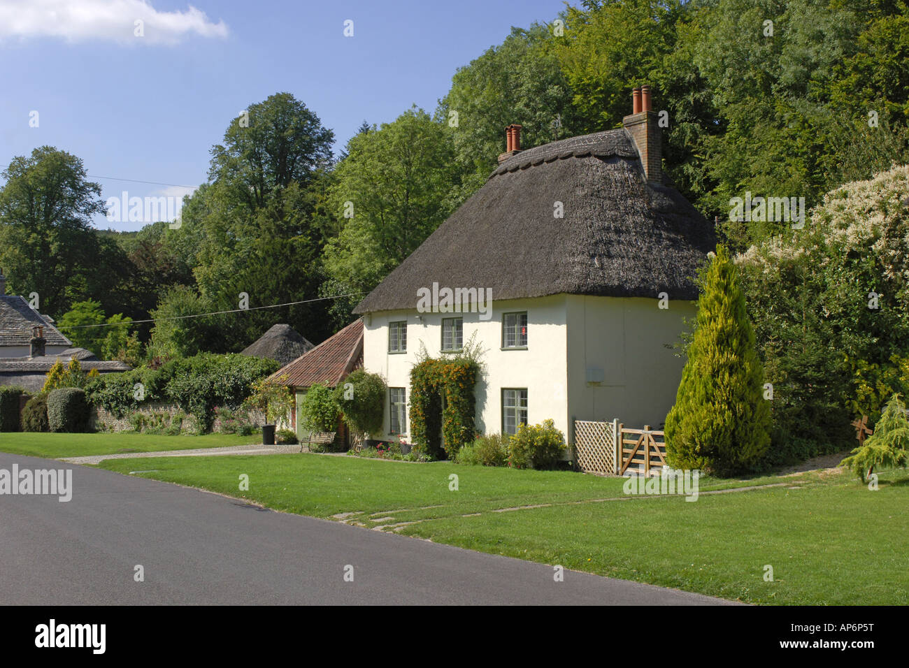 the picturesque thatched roof cottage in milton abbas dorset built in stockfoto lizenzfreies. Black Bedroom Furniture Sets. Home Design Ideas