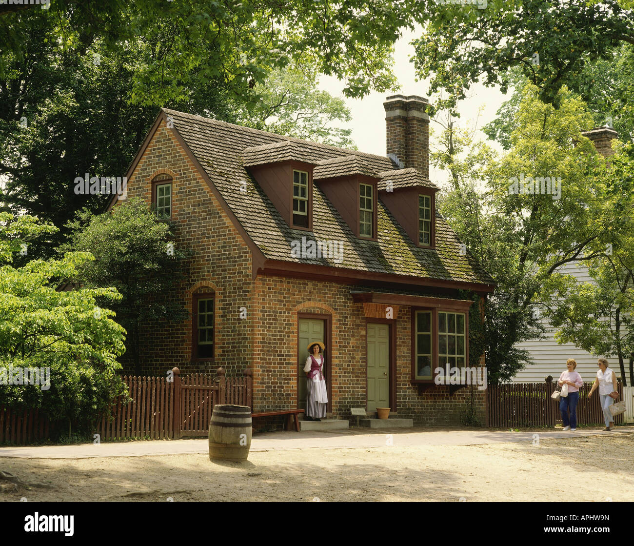 Geography travel usa virginia colonial williamsburg for Colonial log homes