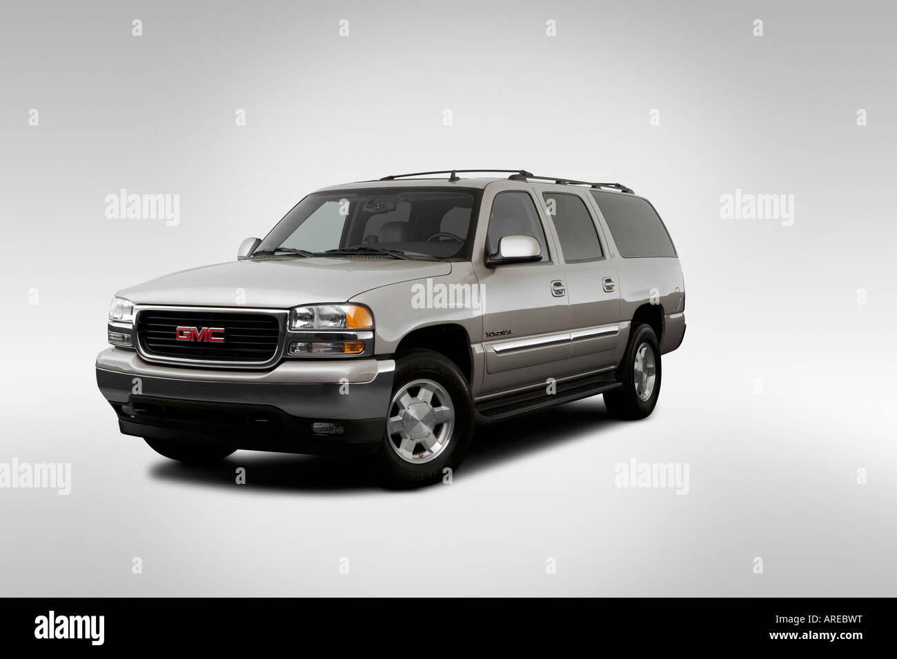 2005 gmc yukon xl 1500 sle in silver front angle view stock image