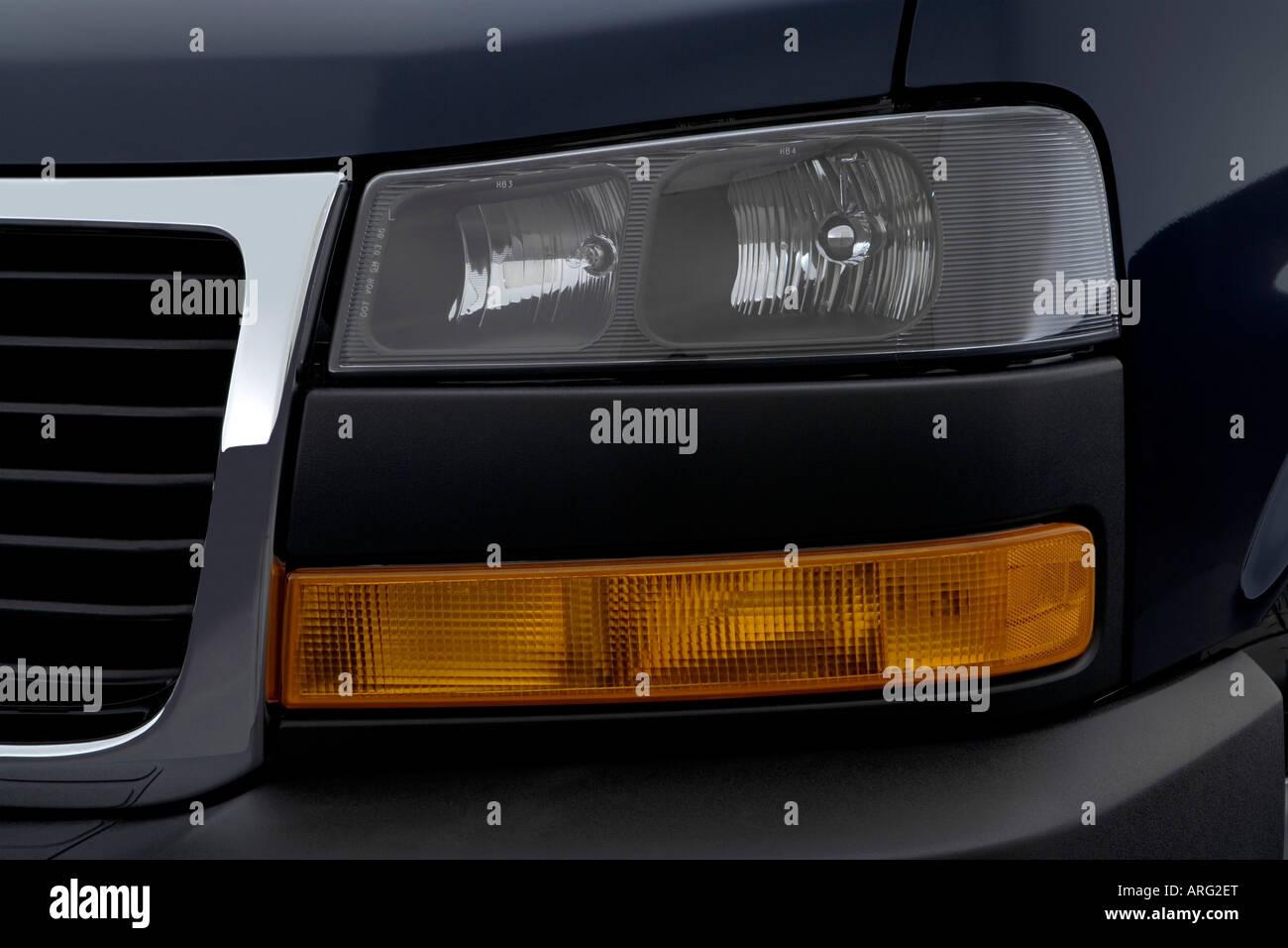 2007 gmc savana cargo 2500 in blue headlight
