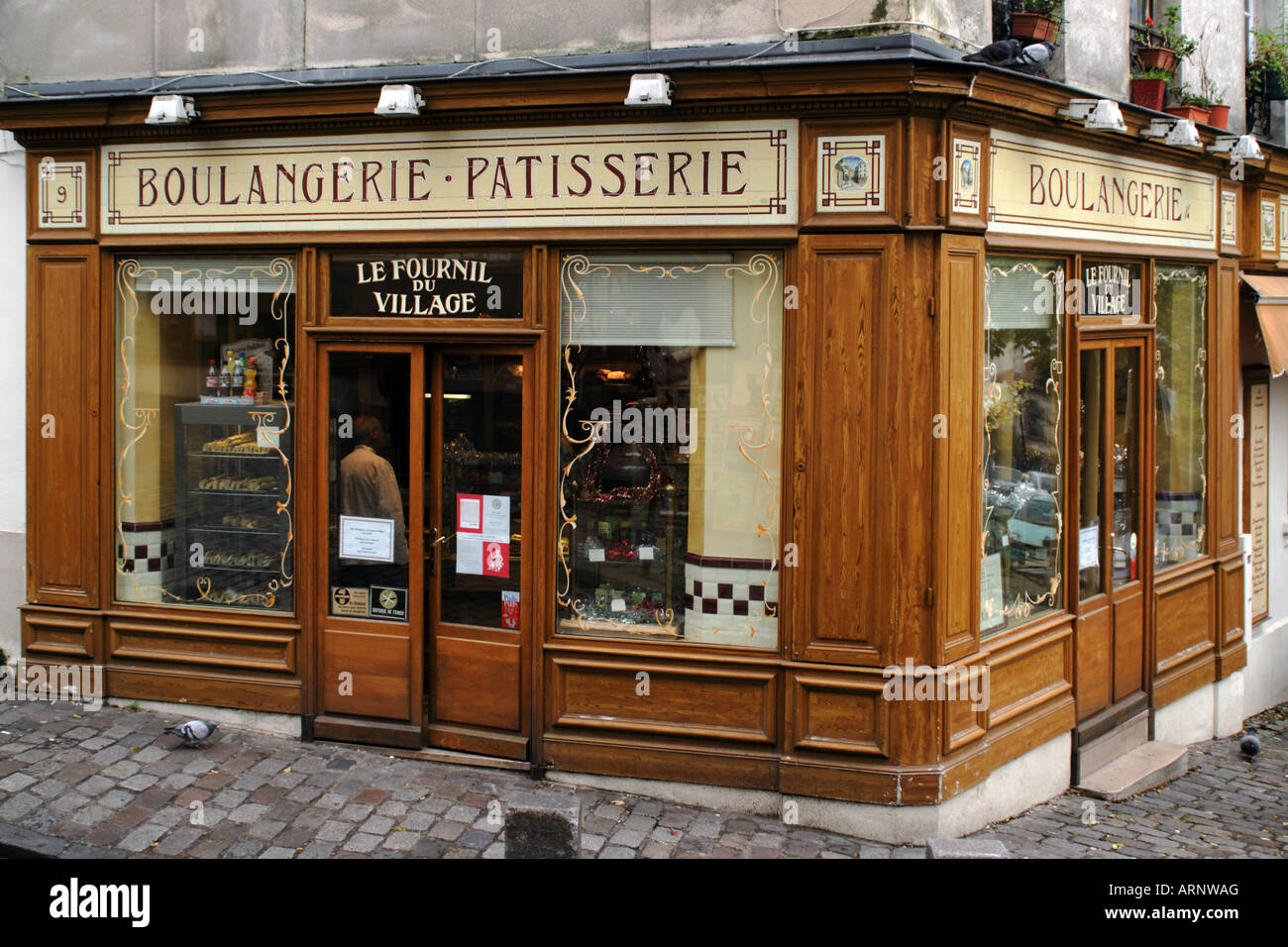 a-traditional-french-boulangerie-patisserie-in-montmartre-paris-france-ARNWAG.jpg