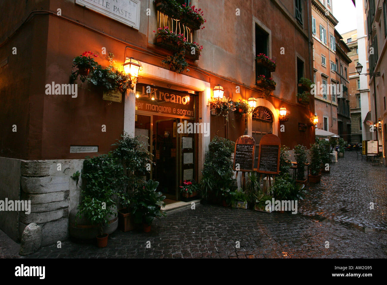 Atmospheric entrance to a traditional italian restaurant for Restaurant italien 95
