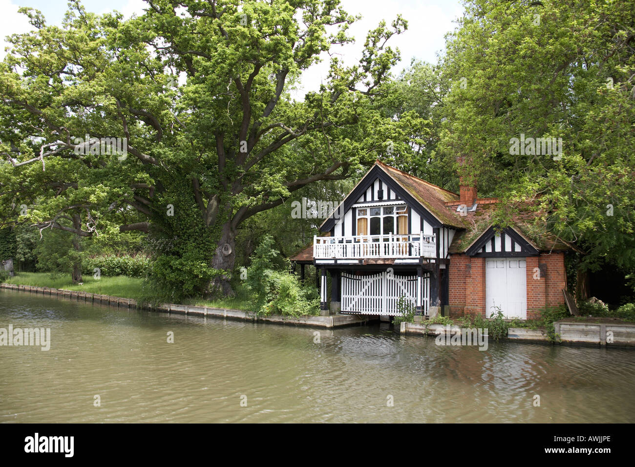 Photo Collection Beautiful House River And - Amazing house built across a river