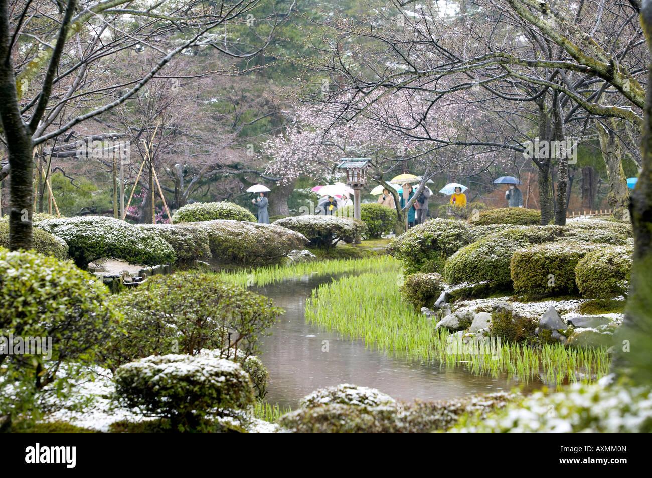 Spring snowfall at kenrokuen gardens kanazawa japan for Jardin kenrokuen