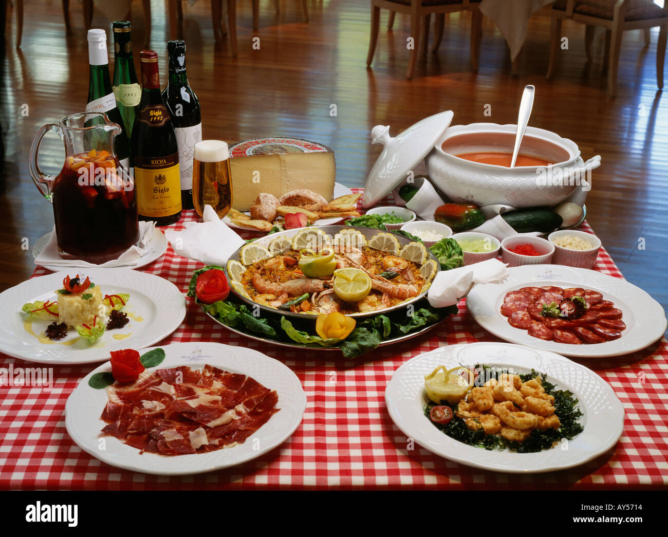 Spanish cuisine main course tapas and beverages from for Andalucia cuisine