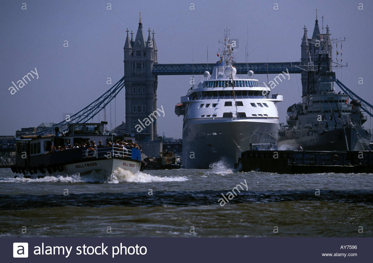 Cruise Ship In The Pool Of London On The River Thames Stock Photo - Cruise ship in london