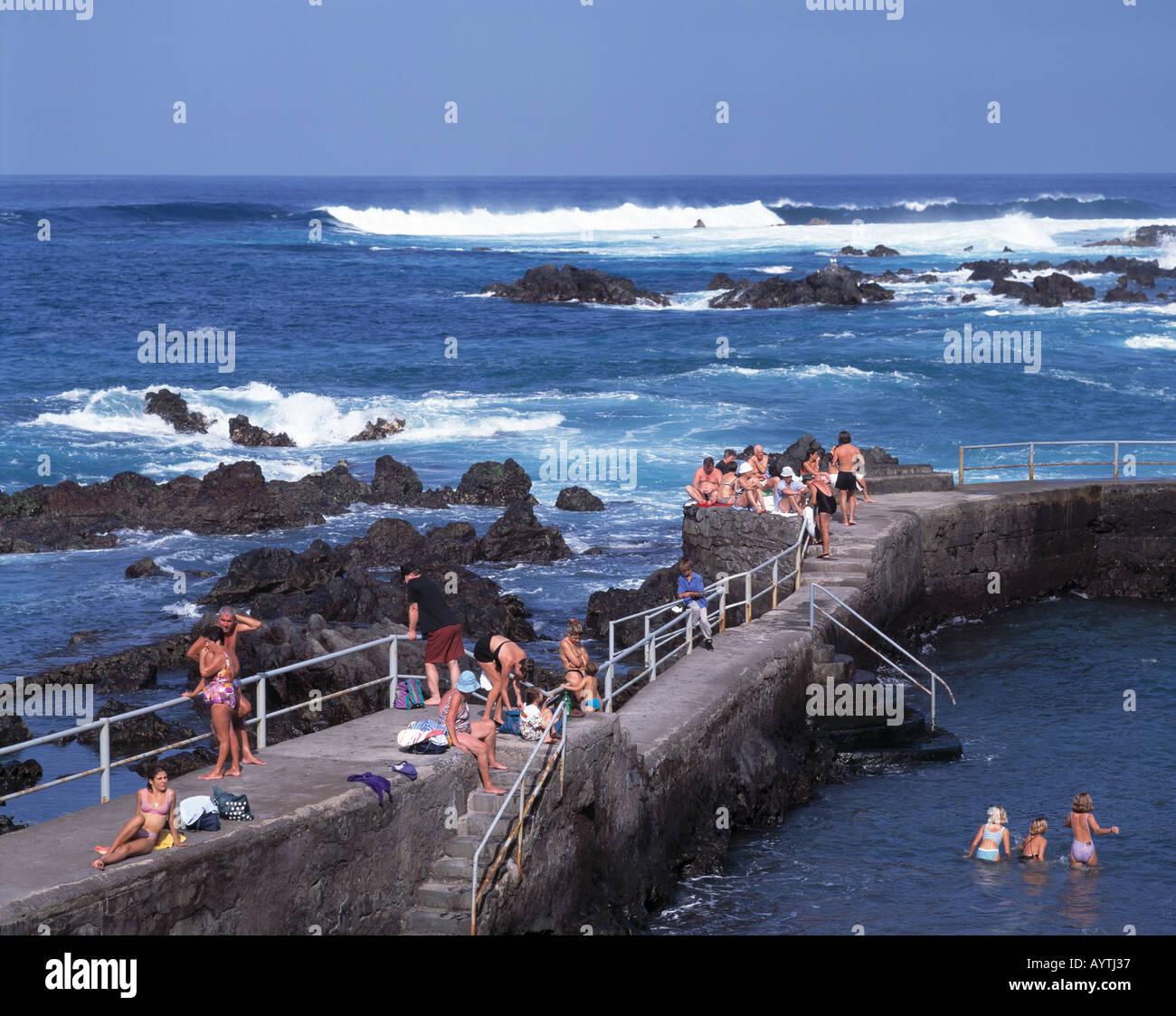 Meeresschwimmbaeder, Touristen baden im Meer, Brandung ...