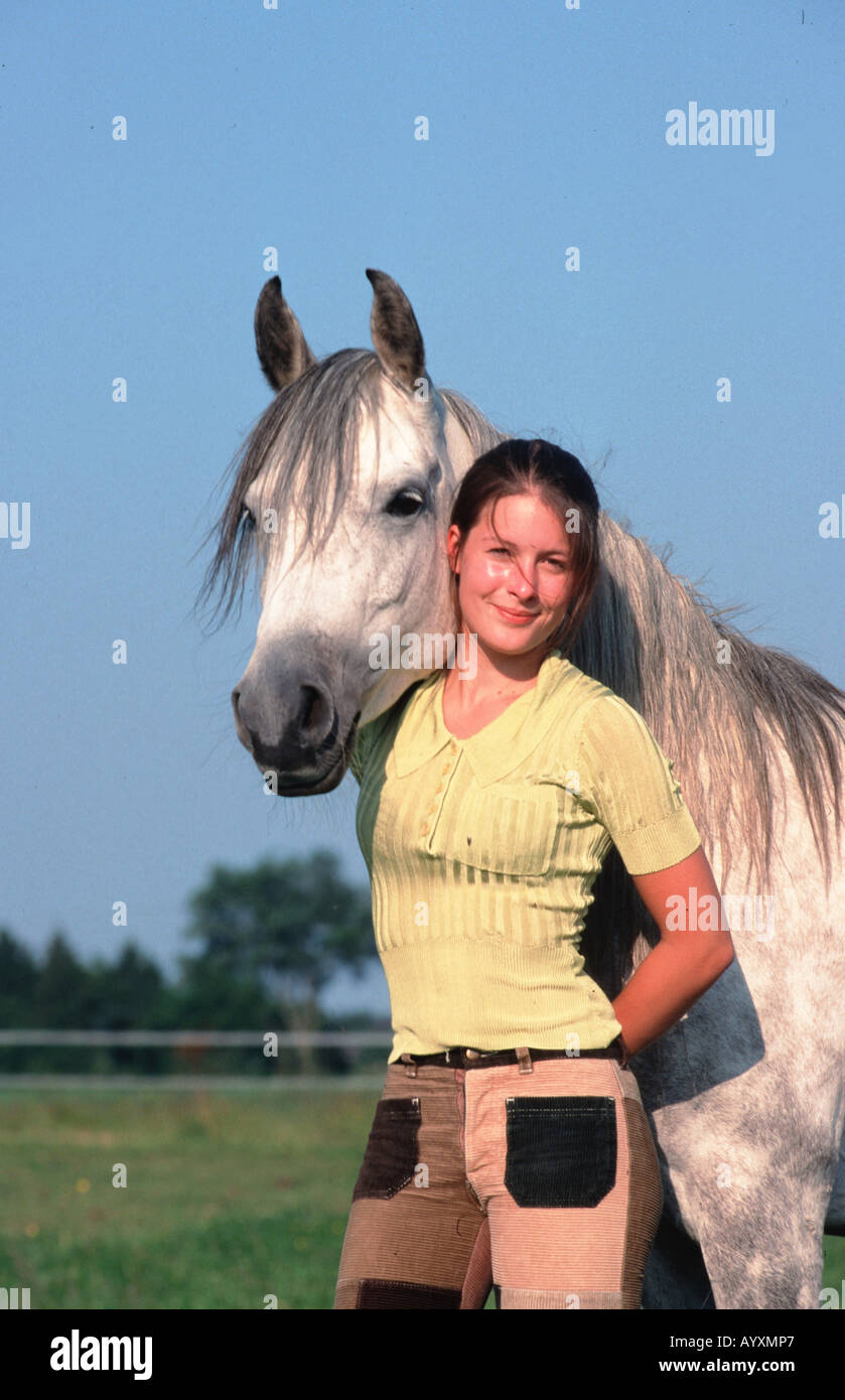 Junge Frau mit Araber Vollblutpferd Maedchen und Pferde