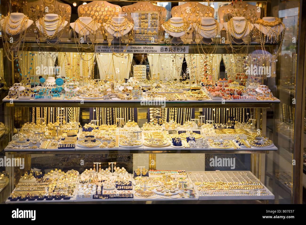 Expensive jewellery in a shop window on ponte vecchio for Paris vendome gioielli