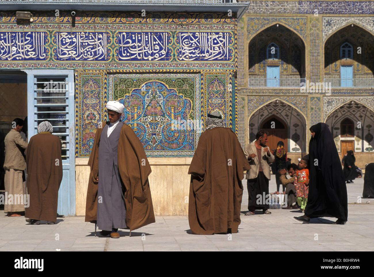 Maula Ali Shrine Wallpaper: Shia Pilgrims And Scholars At Shrine Of The Imam Ali