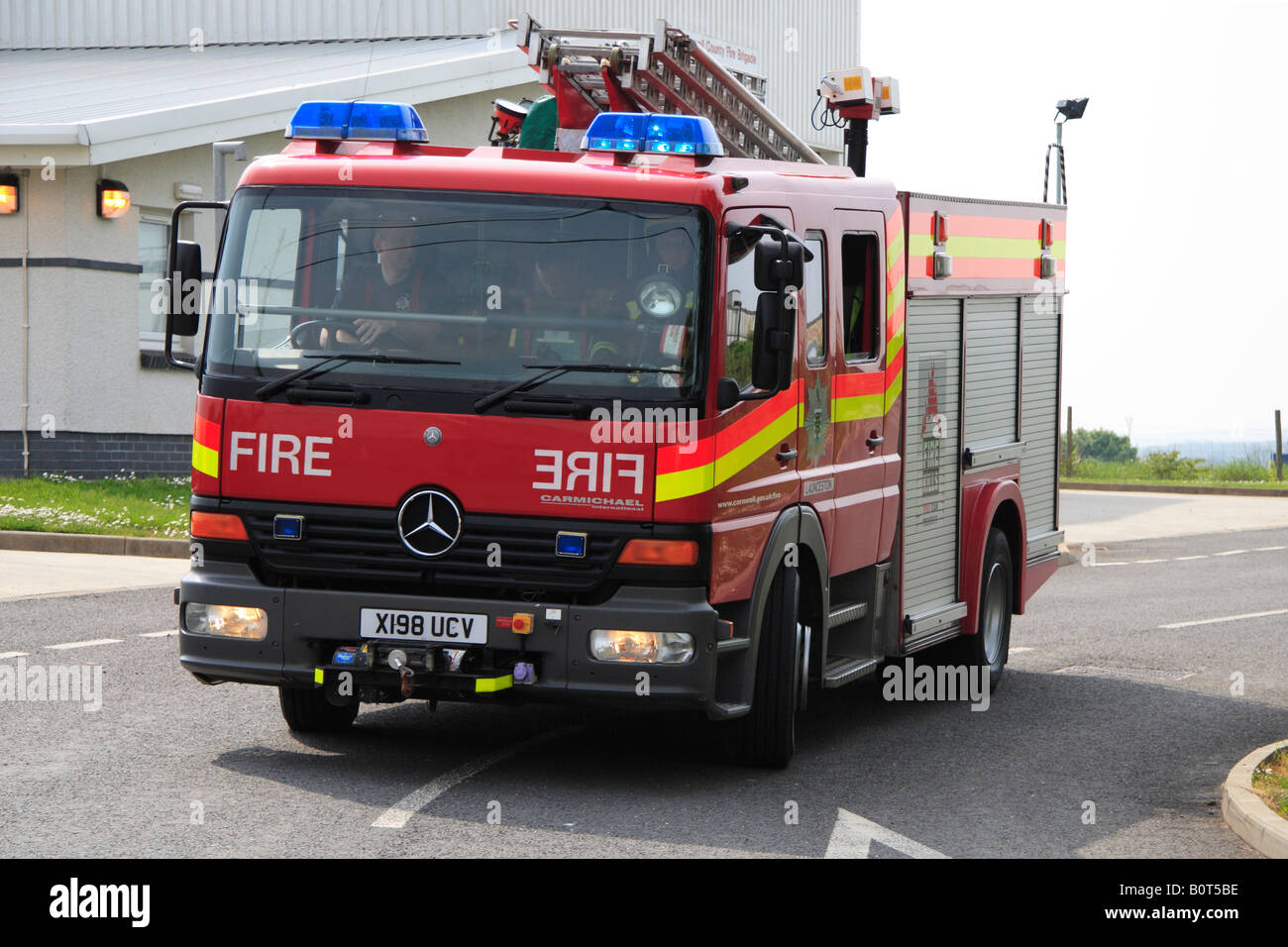 Incroyable Mercedes Fire Engine Turning Out From Launceston Fire Station,  Cornwall Stock Image