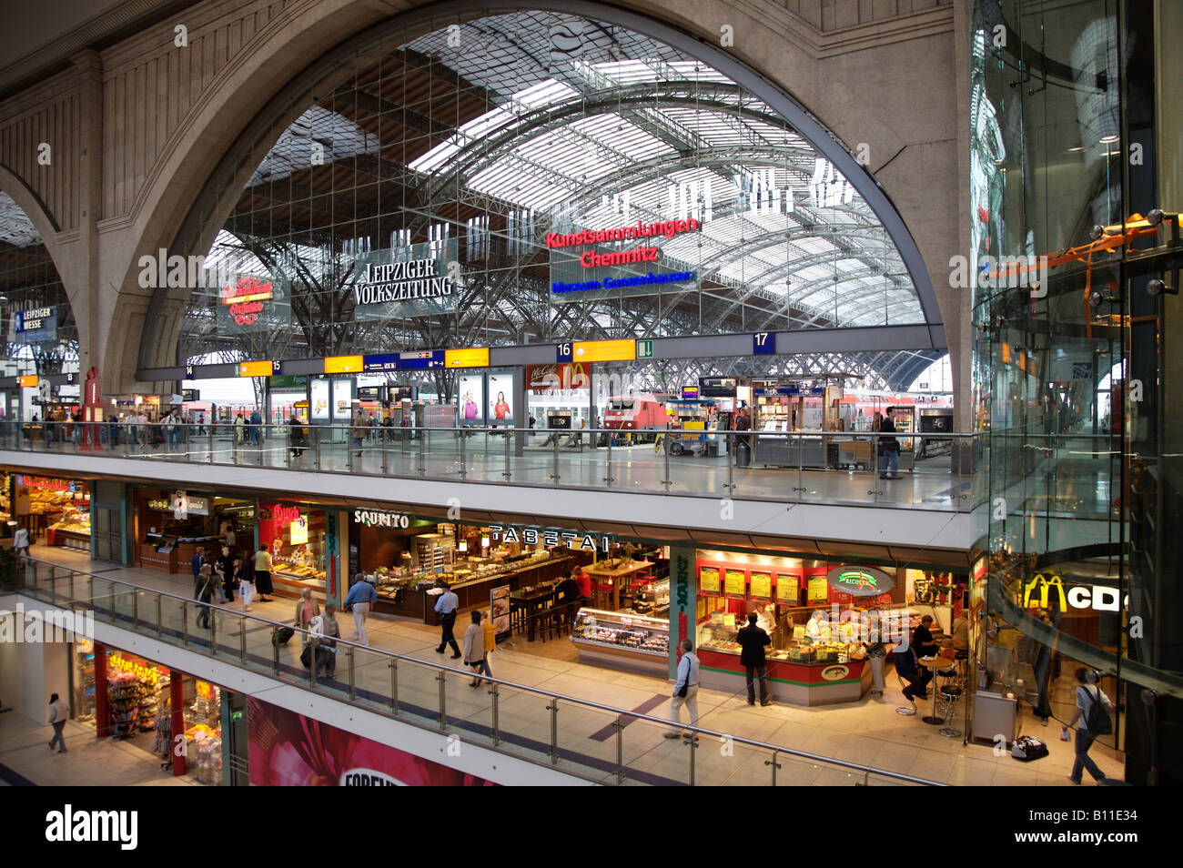 leipzig hauptbahnhof querbahnsteig und halle stock photo royalty free image 17858040 alamy. Black Bedroom Furniture Sets. Home Design Ideas