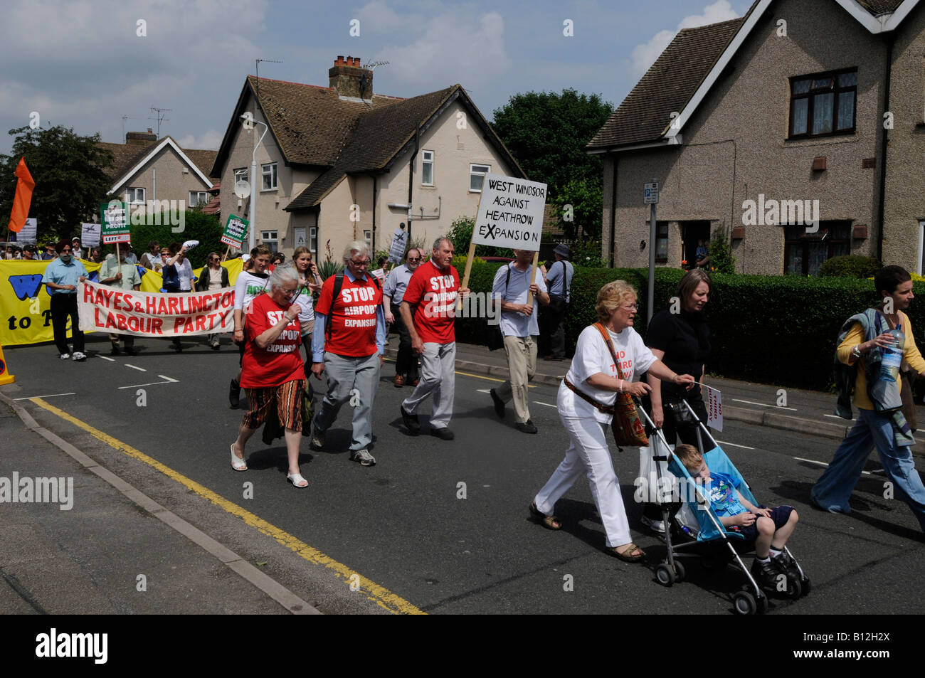 http://c8.alamy.com/comp/B12H2X/sipson-village-next-to-heathrow-airport-no-third-runway-protest-protesters-B12H2X.jpg