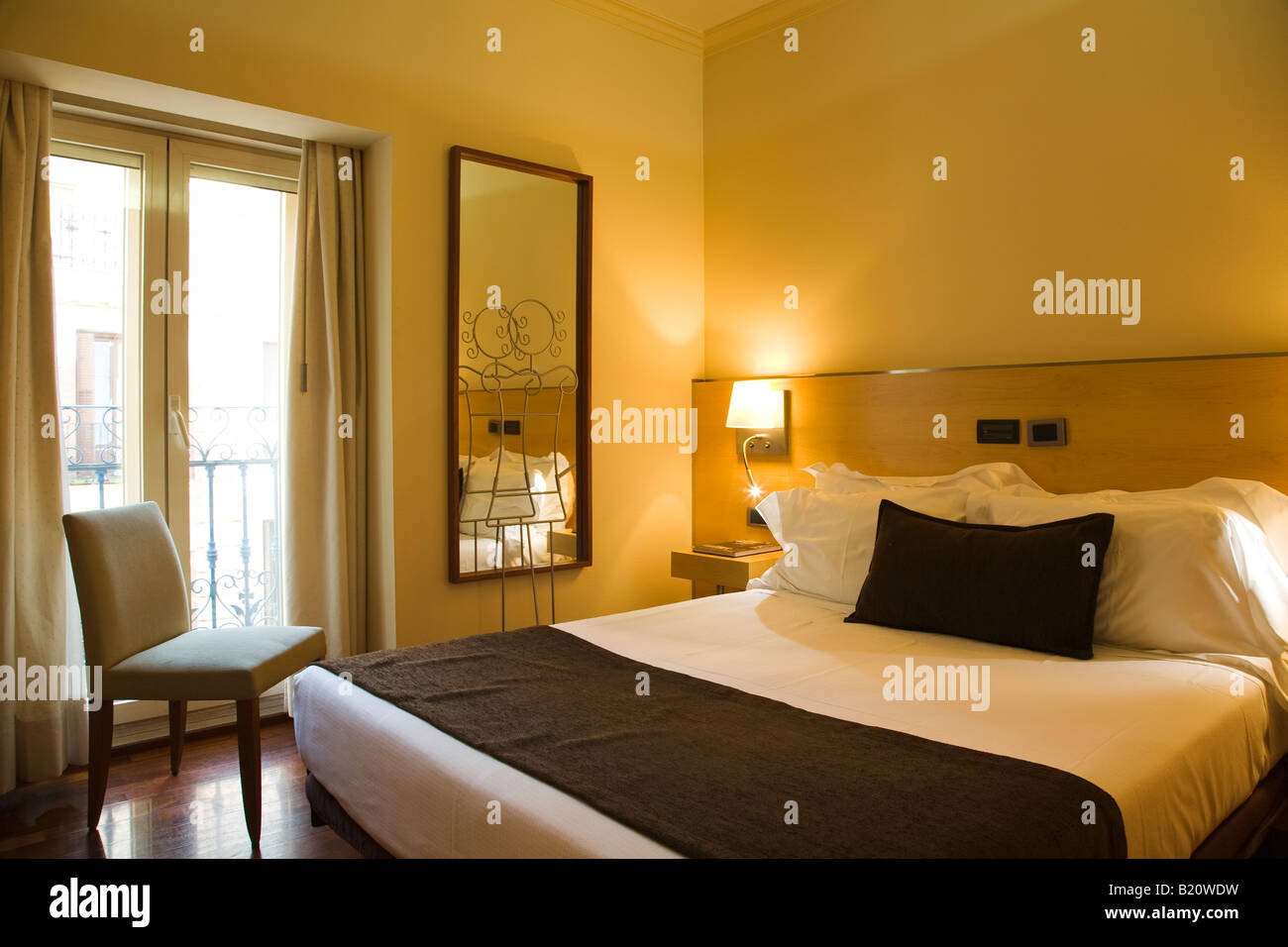 Spain madrid queen size bed in hotel room mirror and for Mirror hotel