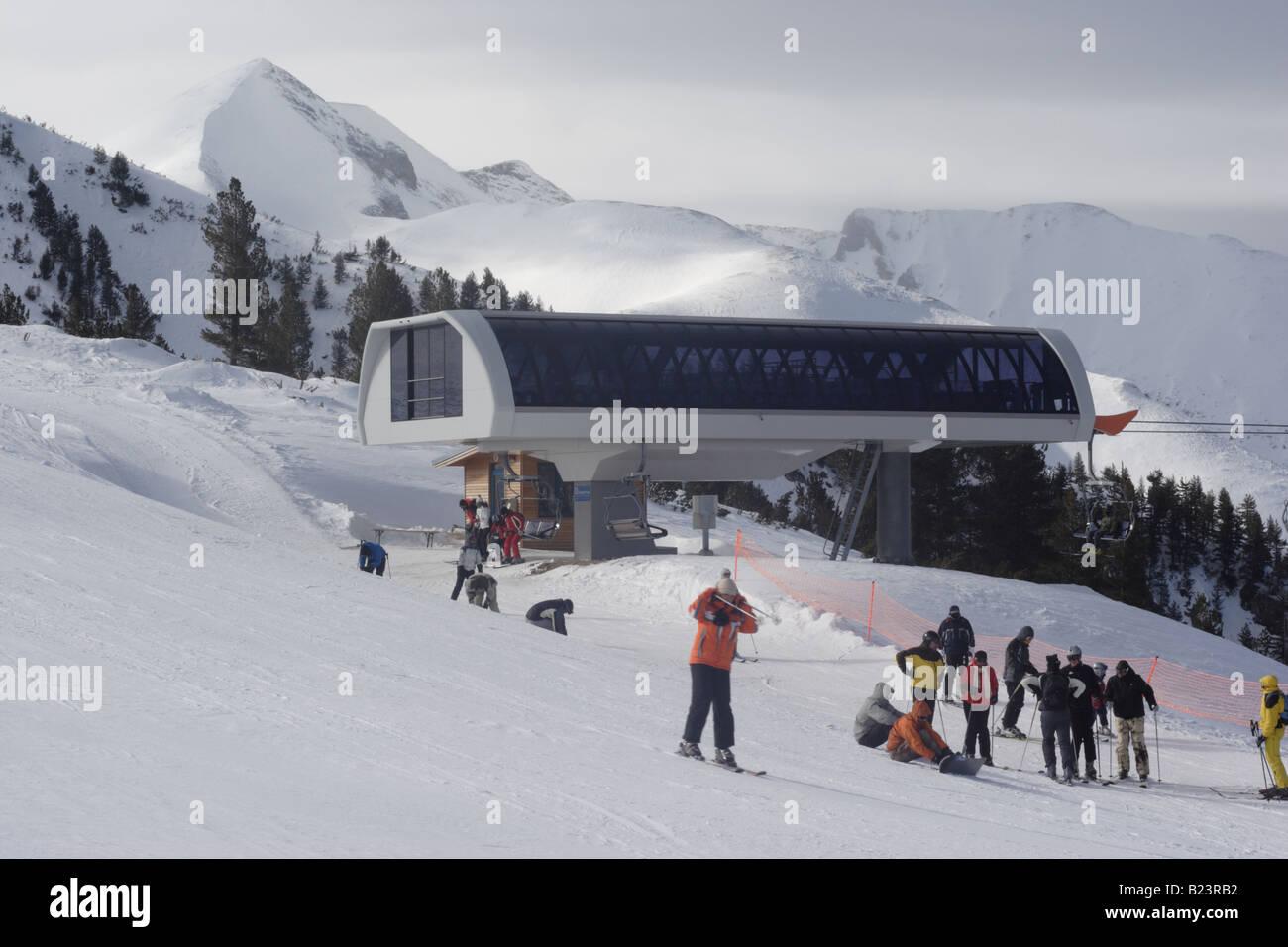 Modern ski lift station modern ski resort of bansko pirin for Moderne skihotels
