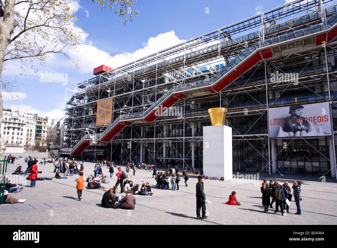 Pompidou centre modern art gallery museum in spring for Art minimal centre pompidou