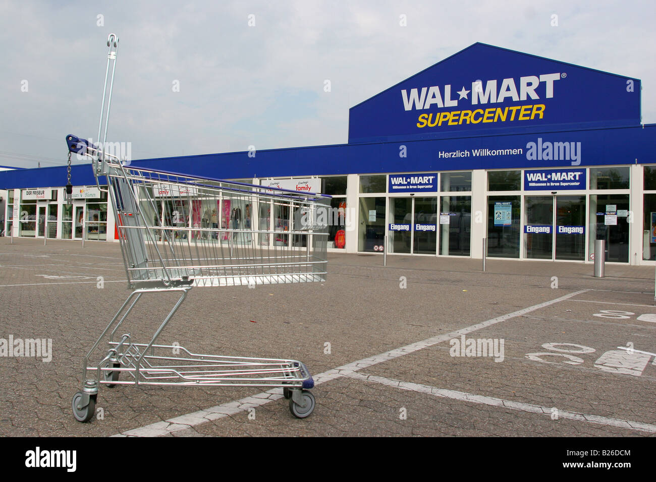 a overview of wal mart a largest retailer in the world Summary walmart stores, inc is the largest retailer in the world terms of revenues and number of employees (ferguson, 2017) the company annual revenues have exceeded $485 billion in the fiscal year ending in 2015.