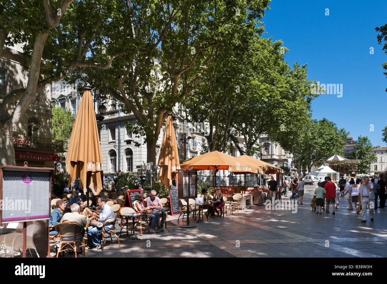 Street cafe in front of the hotel de ville place d l for Hotel avignon piscine