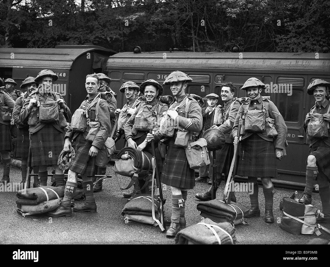 ww2-british-scottish-soldiers-wearing-army-tunics-and-kilts-with-their-b3p3mb.jpg