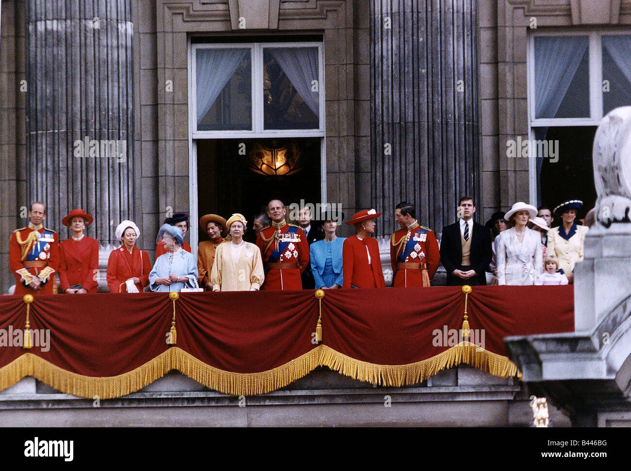 Royal family on the balcony of buckingham palace queen for Queen elizabeth balcony