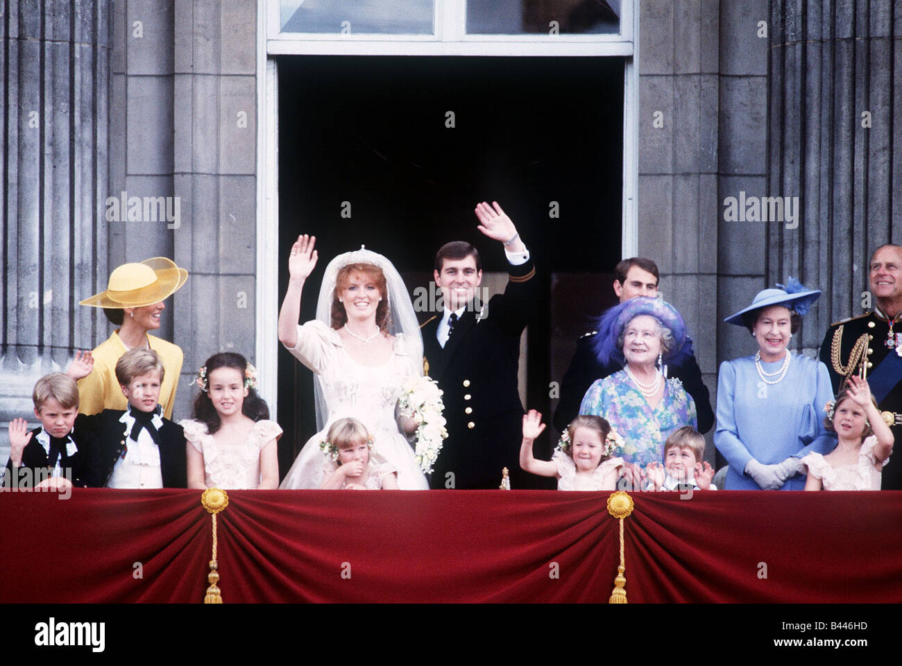 Royal family on the balcony at buckingham palace after the for Queens wedding balcony
