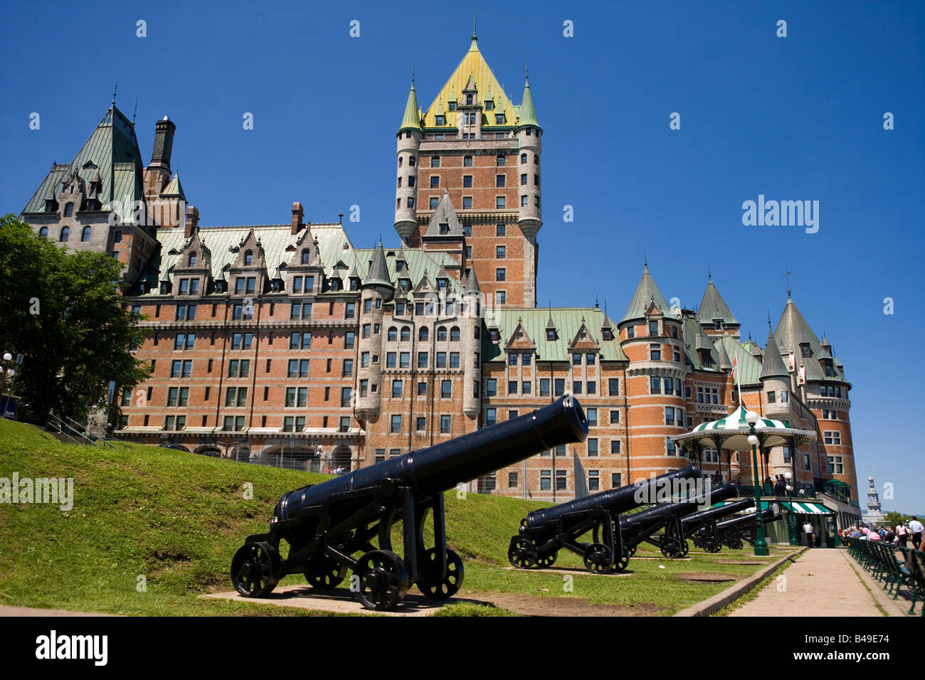 canons in front of le chateau frontenac castle and hotel. Black Bedroom Furniture Sets. Home Design Ideas