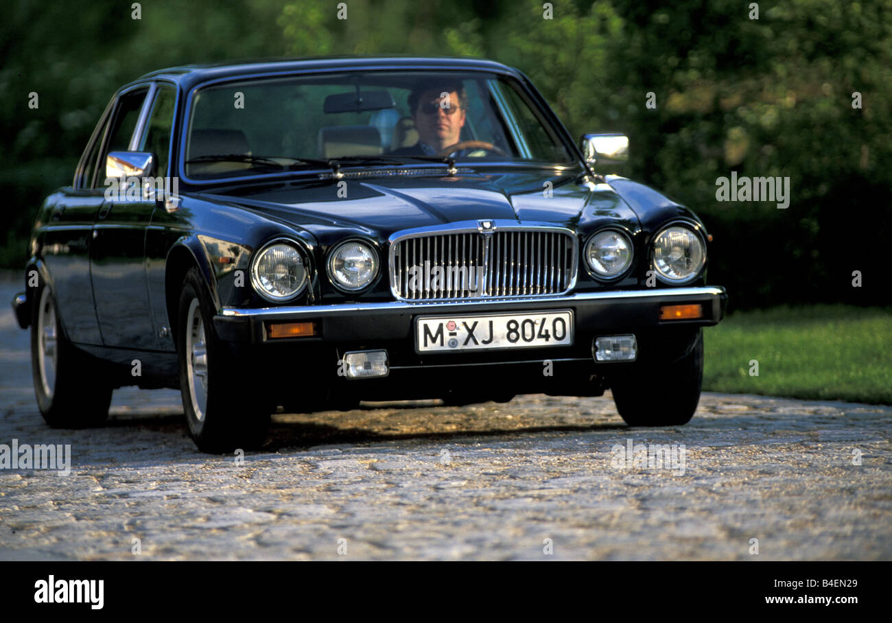 Car, Jaguar XJ 6, Model Year 1979 1988, Old Car, 1980s, Eighties, Black,  Driving, Diagonal Front, Front View, Photographer: Rein