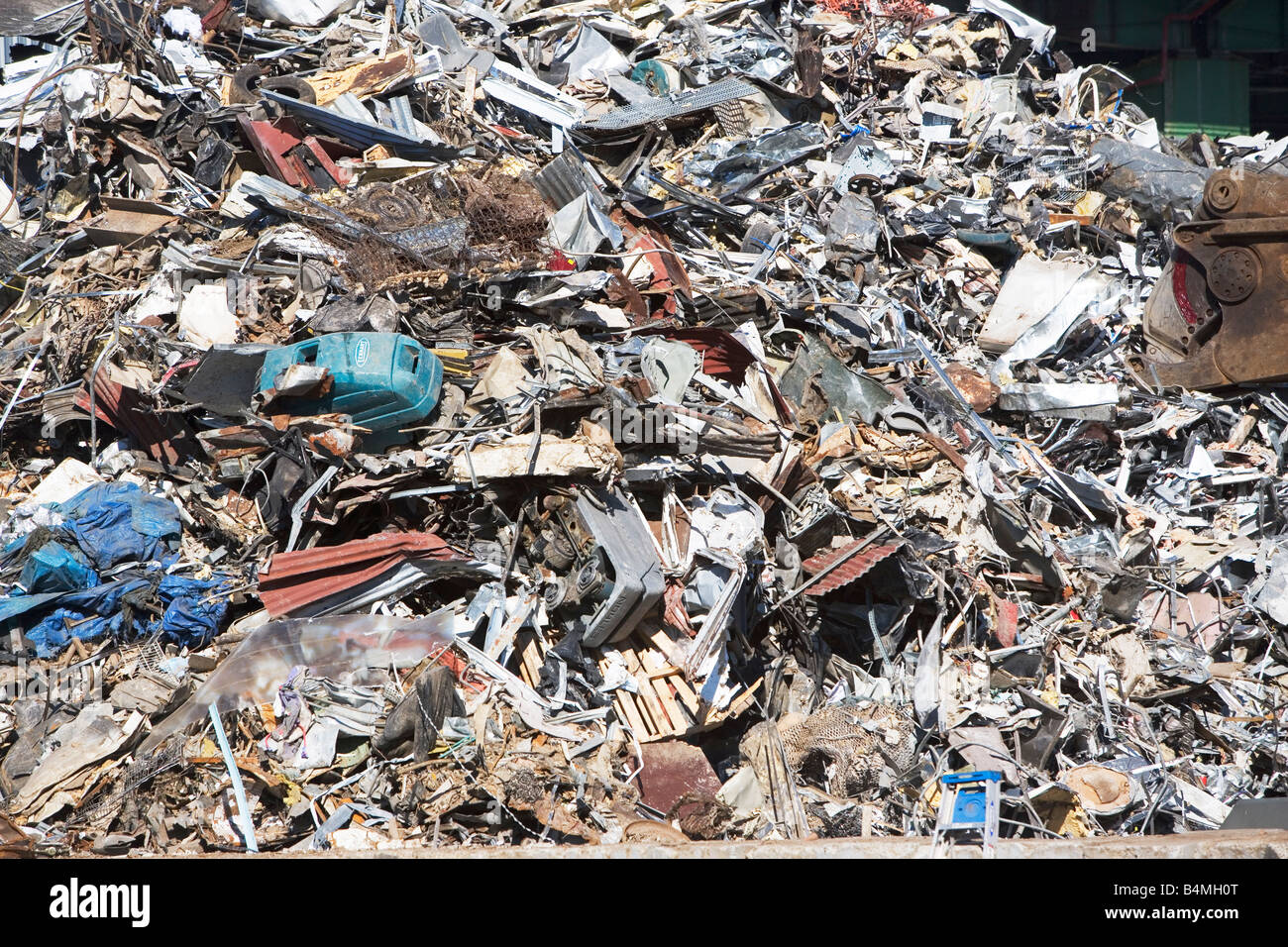 environmental pollution pape Environmental pollution refers to the introduction of harmful pollutants into the environment the major types of environmental pollution are air pollution, water pollution, noise pollution, soil pollution, thermal pollution, and light pollution.