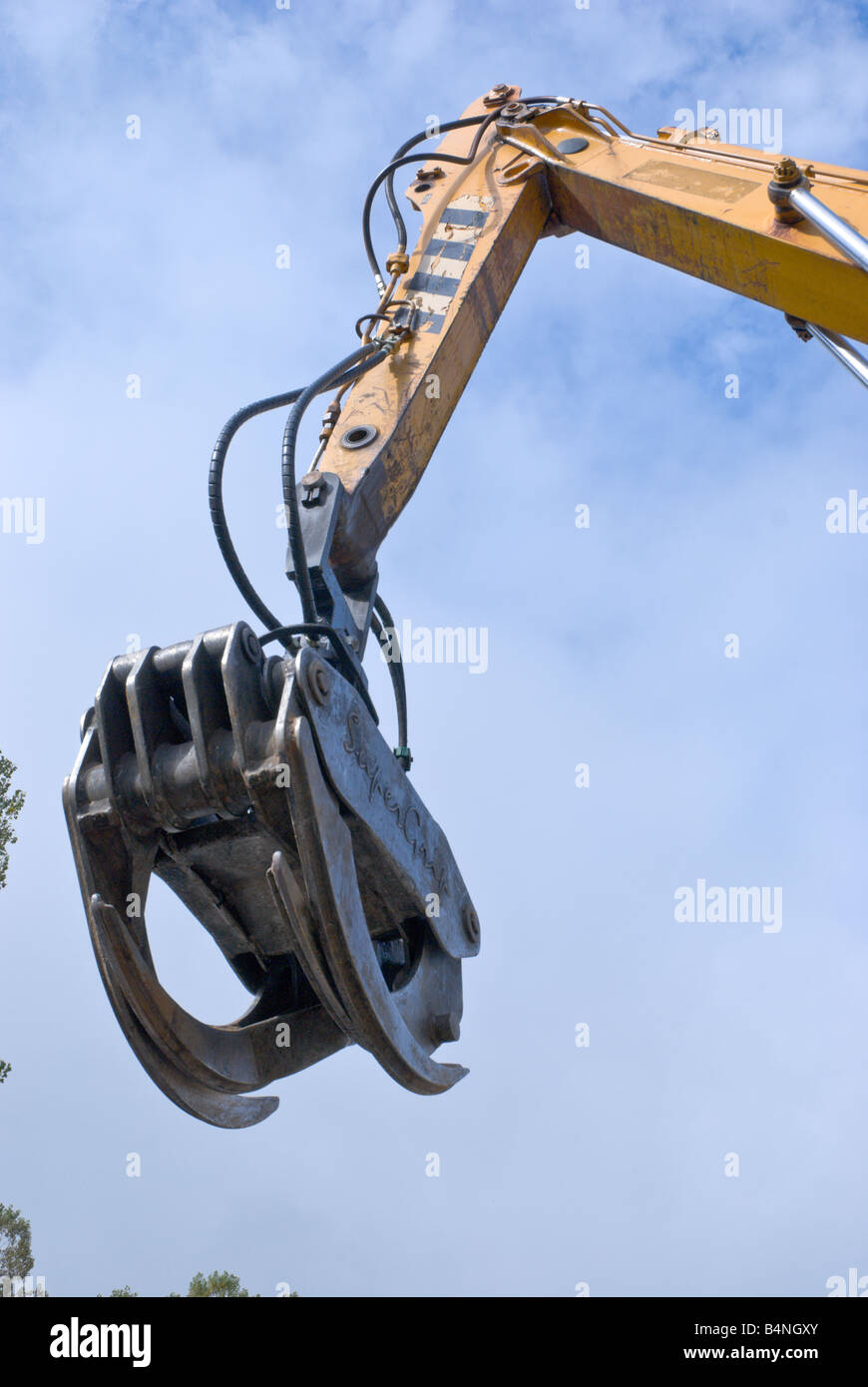 Junkyard : Super Grip mechanical hand used to grab ahold of junk ...