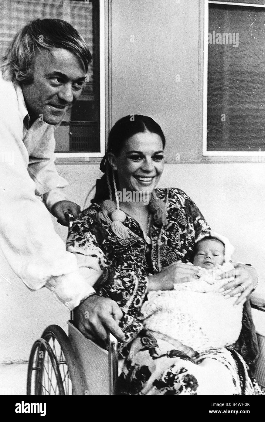 natalie wood leaving hospital with her newly born daughter