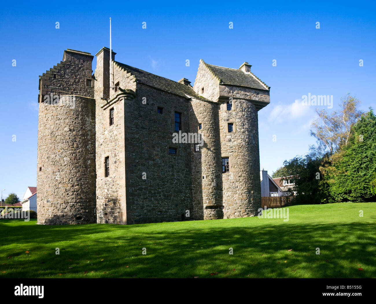 Claypotts castle a 16th century fortified tower house for Castle house plans with towers