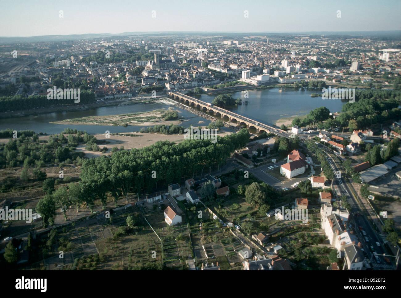 Vue aerienne ville de nevers pont sur la loire centre de for Piscine nevers