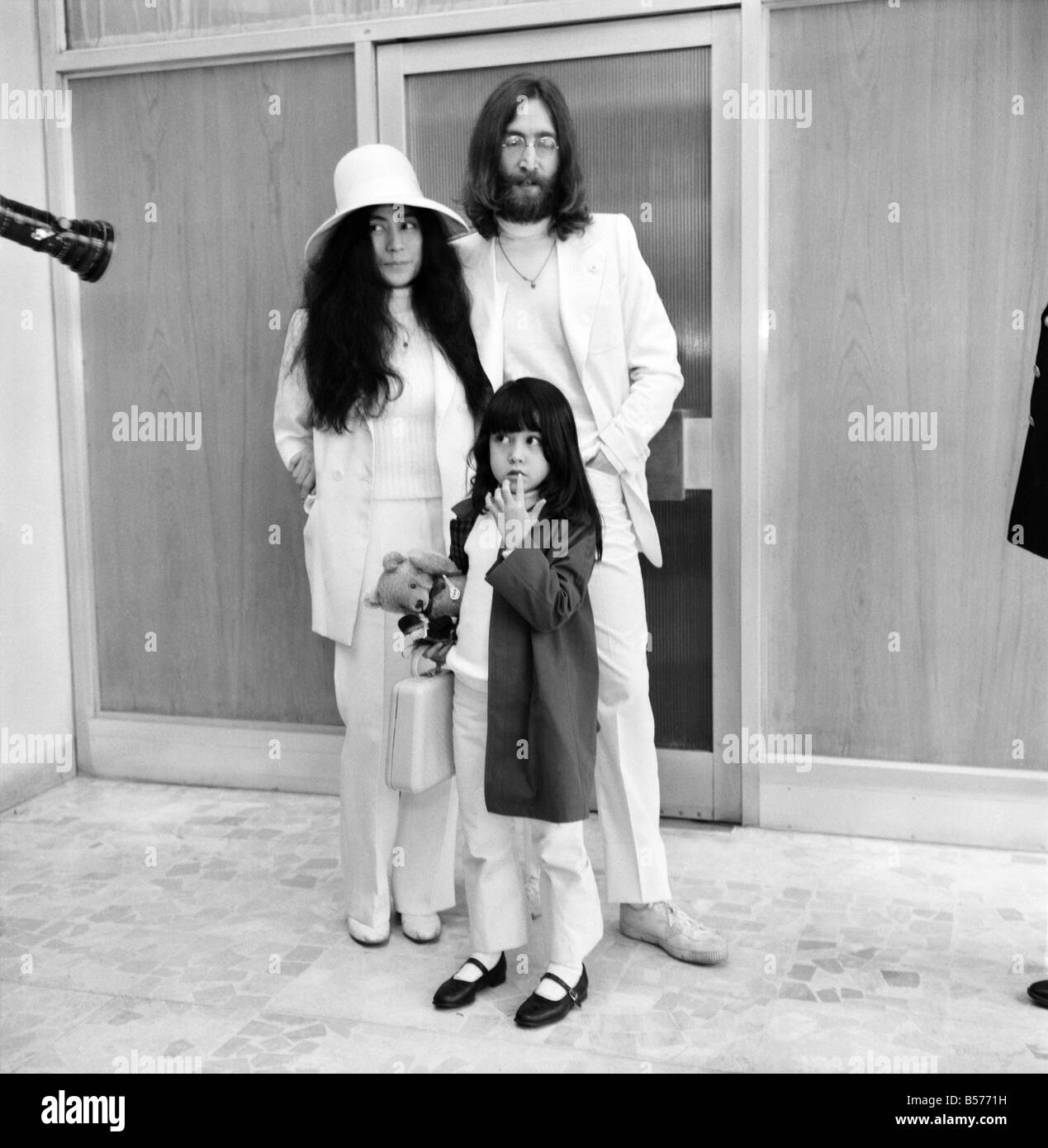 John lennon wife pictures to pin on pinterest pinsdaddy for Ono oficinas