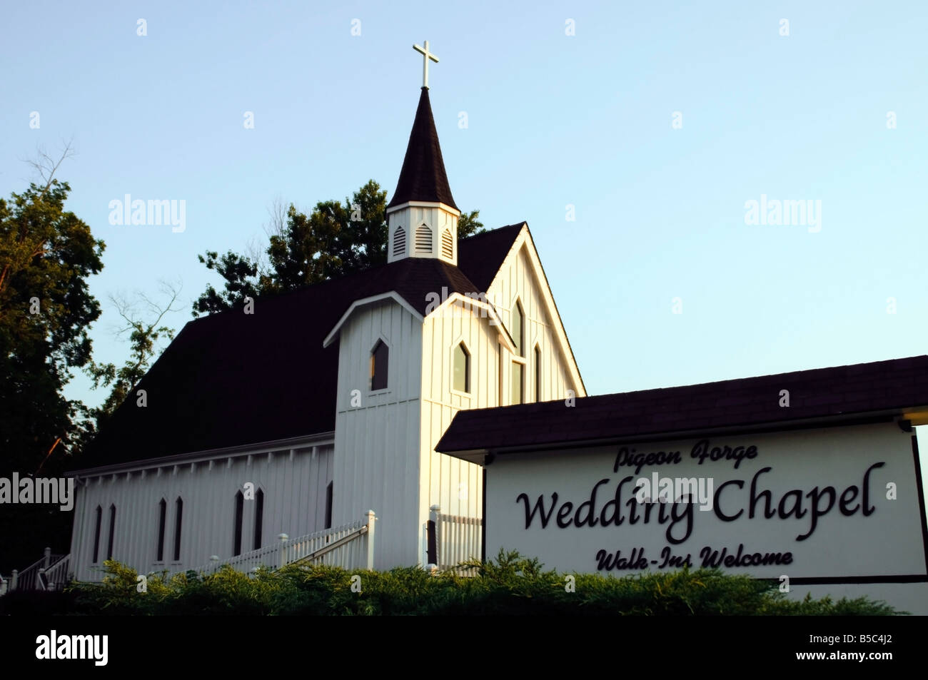 a wedding chapel in pigeon forge tennessee near the smokey mountains