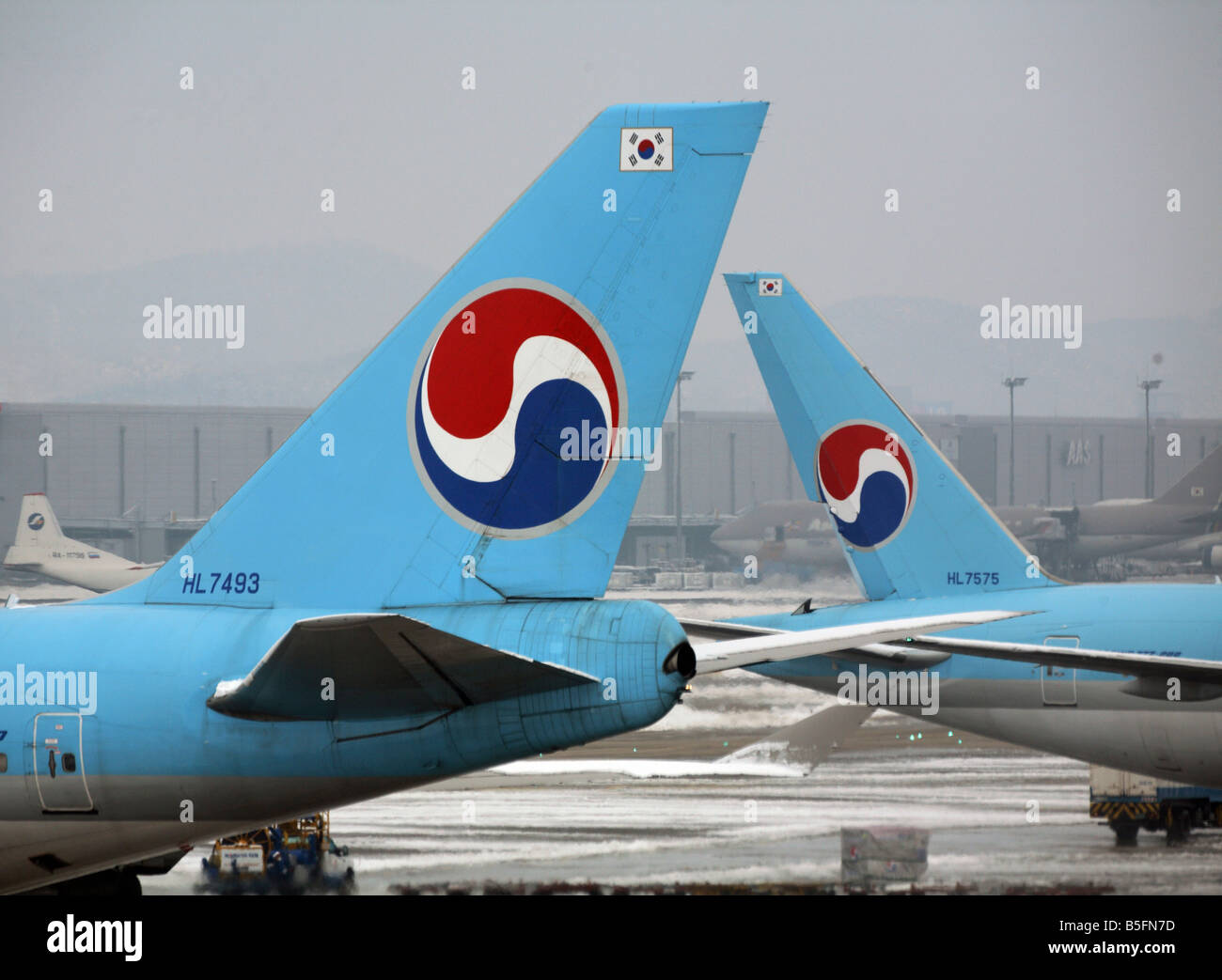 plane tails with logos of korean air airlines seoul