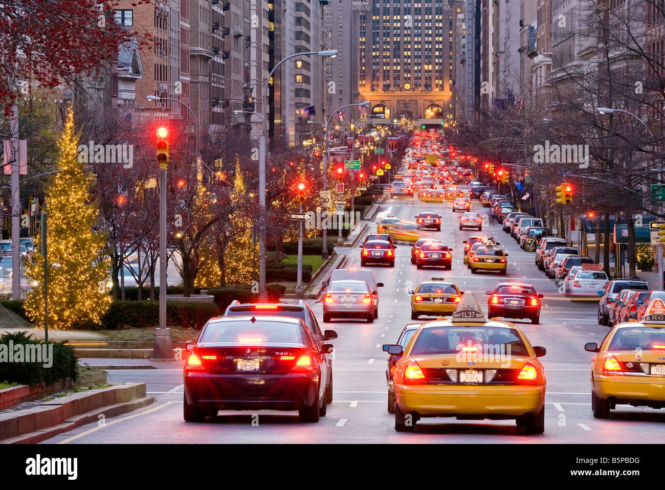 New york city park avenue at dusk in winter with for Home holidays new york manhattan