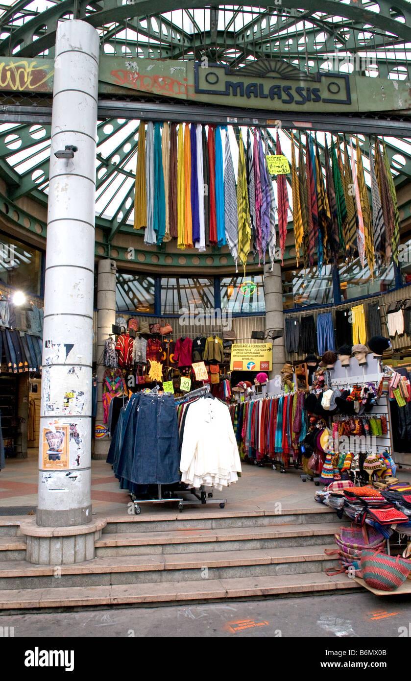 Clothes shop at the flea market of st ouen at porte de for Porte a porte clothing