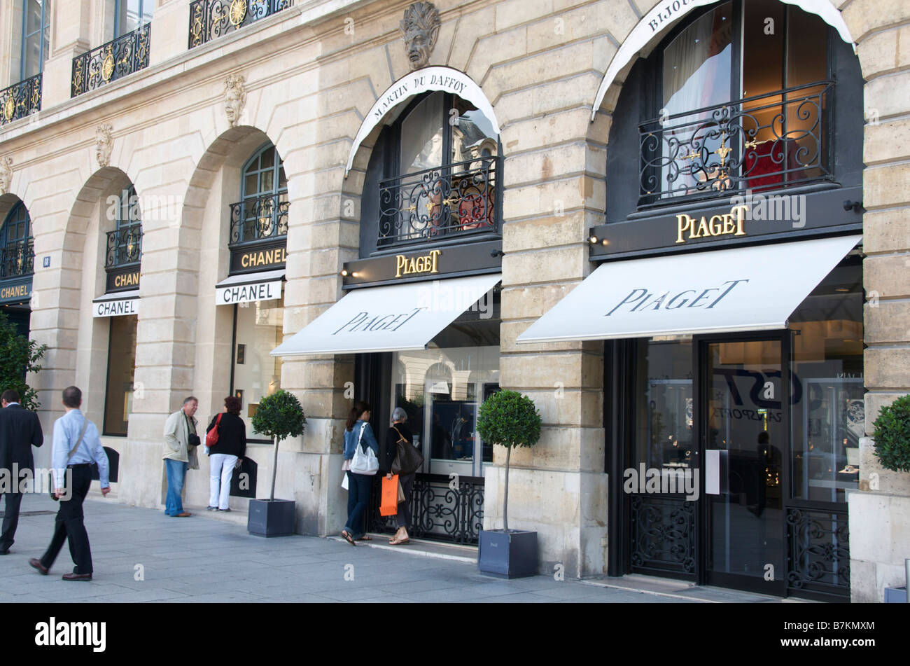 Luxury shop in place vendome paris plaget and chanel for Chanel locations in paris