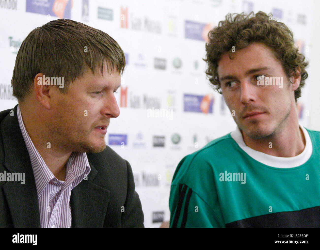 Yevgeny Kafelnikov and Marat Safin at an official news conference