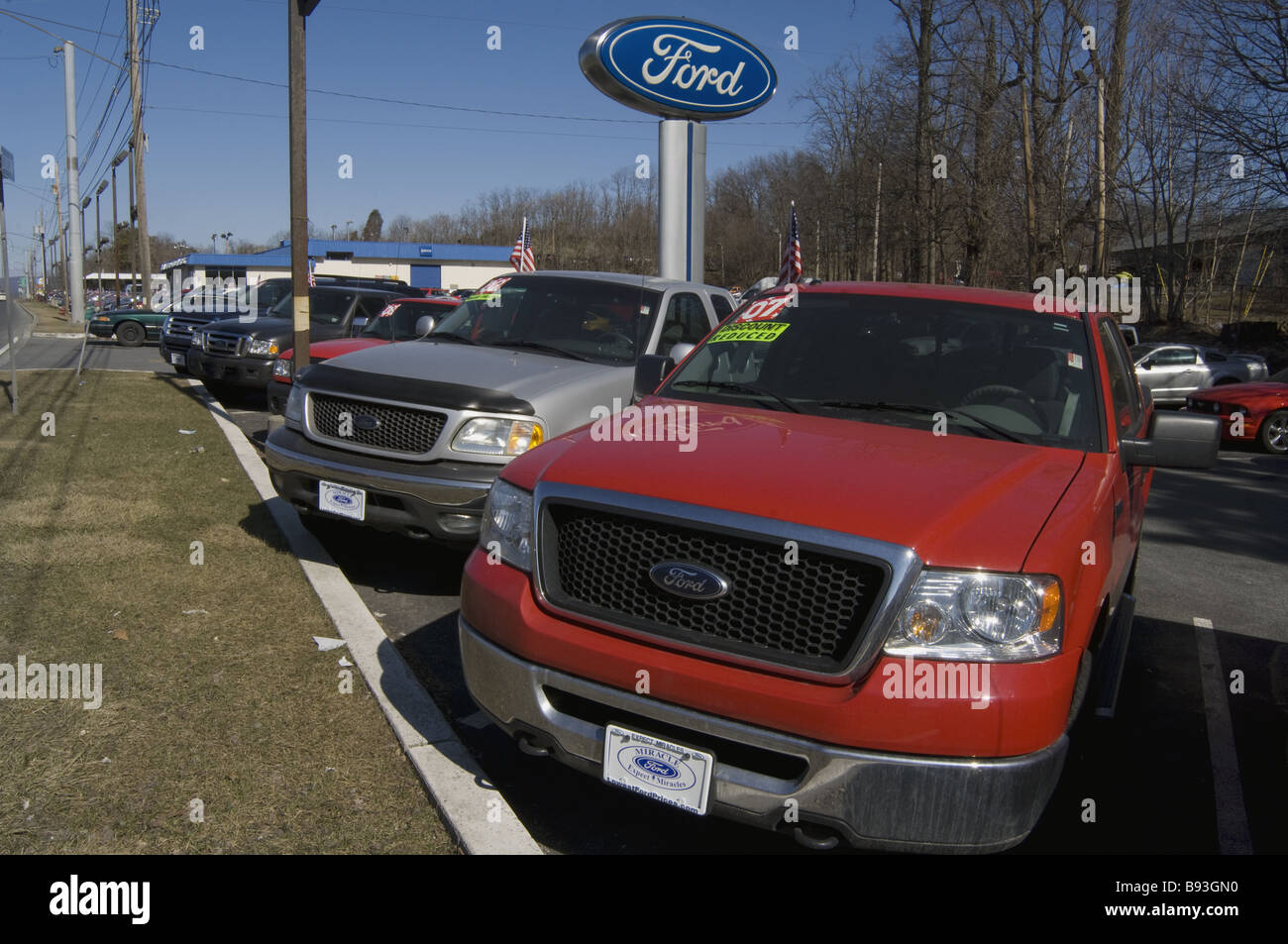 Ford car dealership lot during 2009 recession full of unsold cars ...