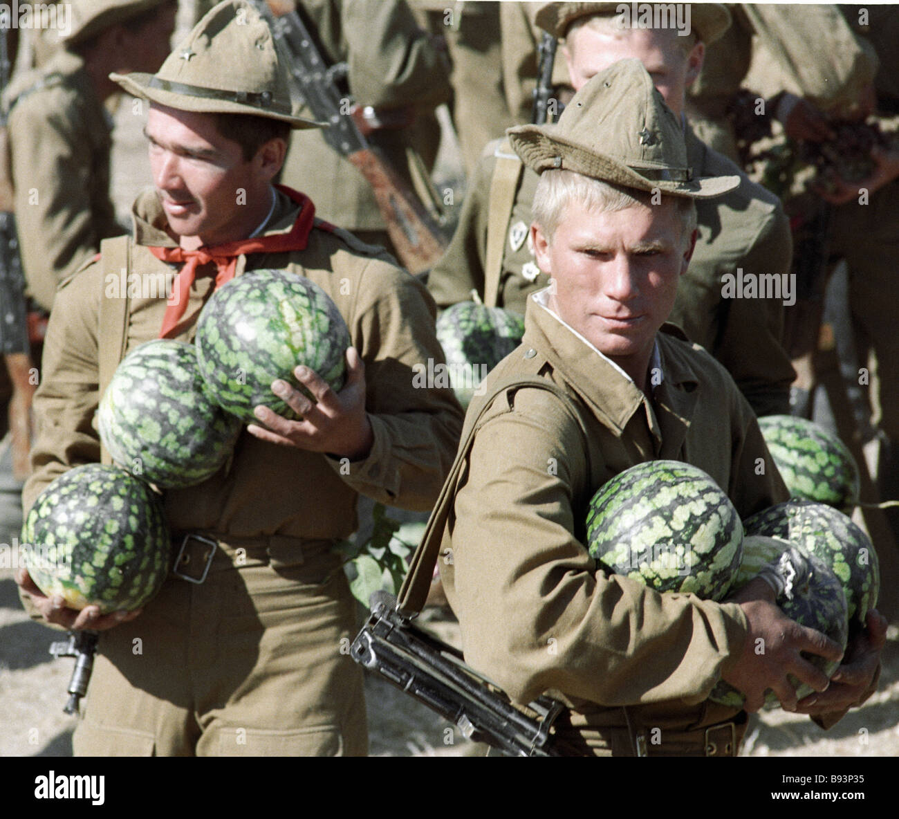Soviet Afghanistan war - Page 6 Soviet-troops-pulled-out-from-afghanistan-with-watermelons-given-them-B93P35